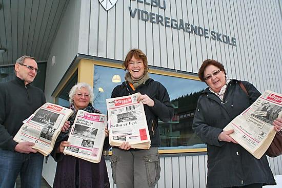 Elfrid Rolset overleverer 38 komlette årganger av Selbyggen til biblioteket på selbu VGS, rektor Arnstein Trøite og norsklærer og skolebibliotekar Gunn Marit Bondahl.