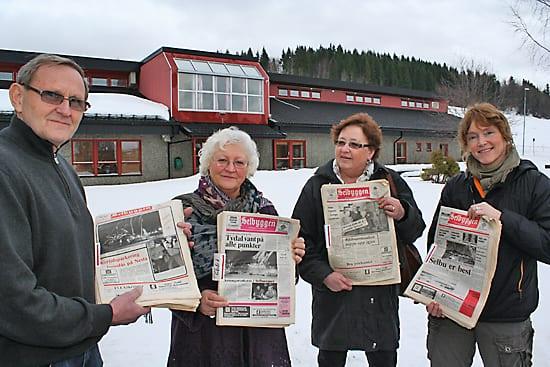 KULTURHISTORISK SKATT; rektor Arnstein Trøite så annonsen i Selbyggen og varslet bibliotekansvarlig og norsklærer Gunn Marit Bondahl (nr.2 fra venstre), som umiddelbart tente på saken. Tirsdag den 1.februar troppet Elfrid Rolseth og datteren Sissel opp med 36 komplette årganger av Selbyggen, som nå er tilgjengelig for alle interesserte ved biblioteket på Selbu videregående skole.