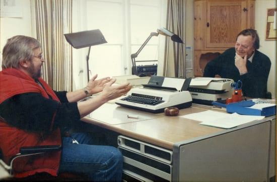 SELBYGGENS KNOLL OG TOTT; journalist Narve Rognebakke og redaktør Odd Rygg knipset på hver sin side av skrivebordet og i et ganske så beskrivende øyeblikk fra den tida Selbyggens redaksjon holdt til under kummerlige forhold i første etasjen på gamle Bjørkhov.