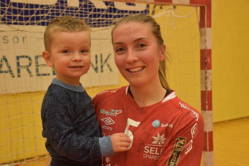 Anne Beate Stokke var kampens store spiller mot Charlottenlund, og sønnen Brage syntes også at mamma var veldig flink