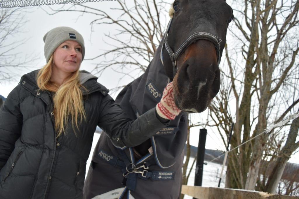 Heidi Lien Bjerkan gjorde lidenskap til levevei da hun for ti år siden etablerte Stall B. og startet rideskole ved travbanen på Vikaengene. I helga går hun og mirakelhesten Svarten gjennom harde ildprøver på Norwegian Horse Festival på Lillestrøm.