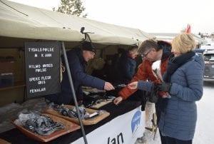 John Olav Dyrhaug fra Tydalskjøtt delte ut smaksprøver på sine spekeprodukter.
