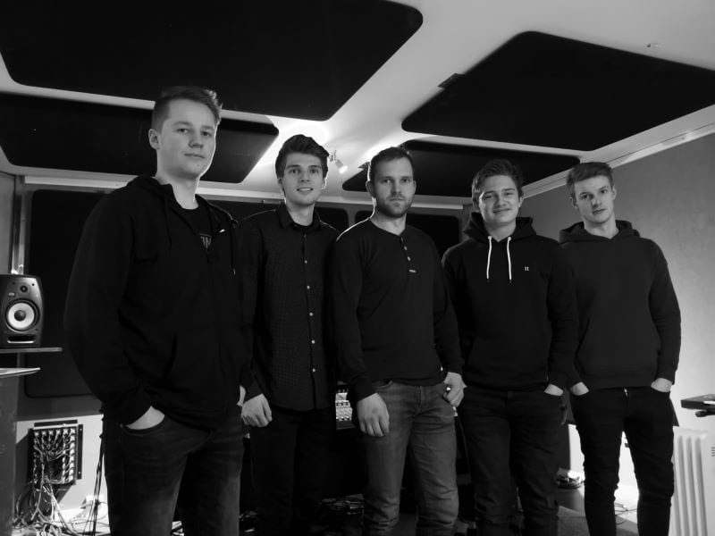 Steerage i Skarp Studio, f.v. Trym Græsli, Martin Aas, Halvard Strøm Lien, Henrik Løvø Aune og Siver Græsli. Foto: Steerage.