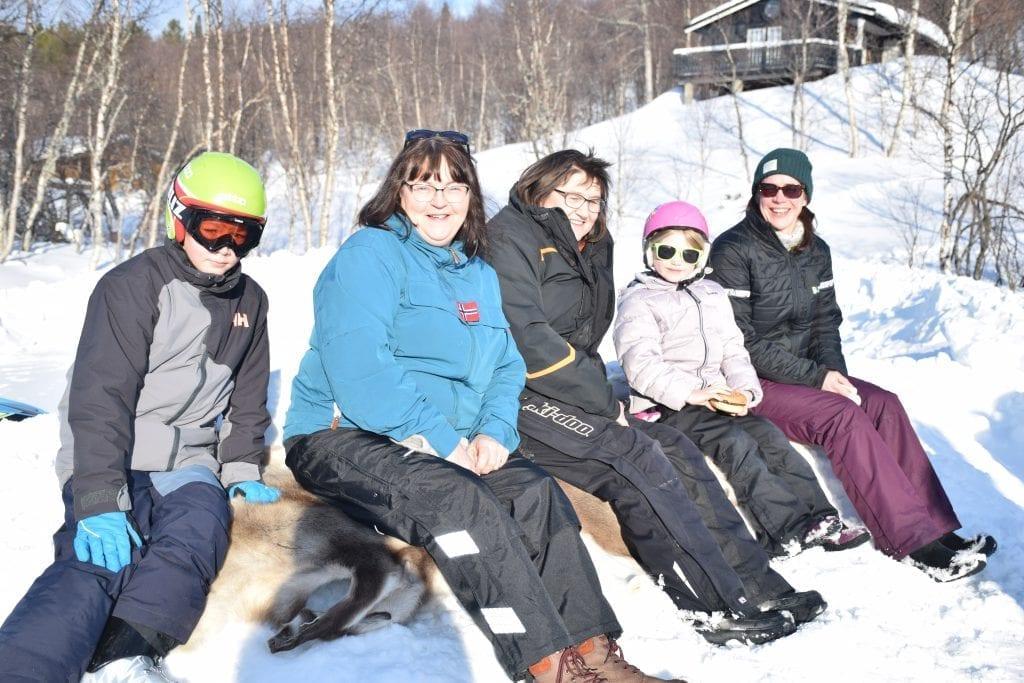 Håkon Wilhelm Kulseth Hermansen, Astrid Østby Eggen, Else Kulseth, Elise Tangstad Kirkvold og Anne Beate Tangstad Kirkvold koser seg på vinterfest.
