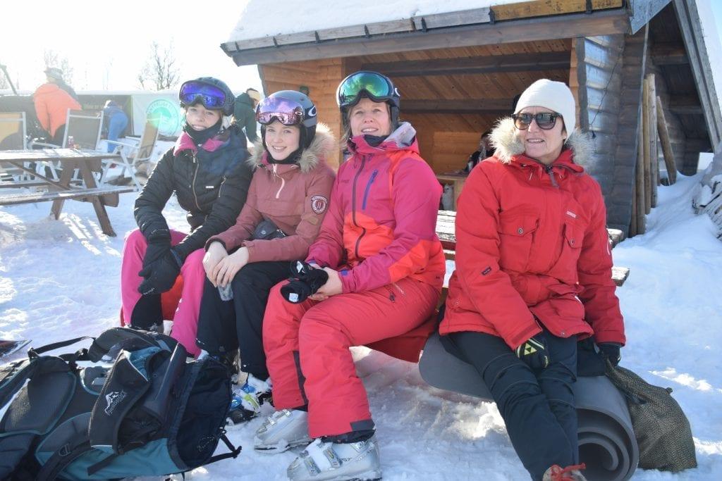 Iselina Imsland, Martine Imsland og Anita Imsland fra Levanger synes vinterfesten er et supert arrangement. Det gjør også Minnie Elvsveen fra Selbu.