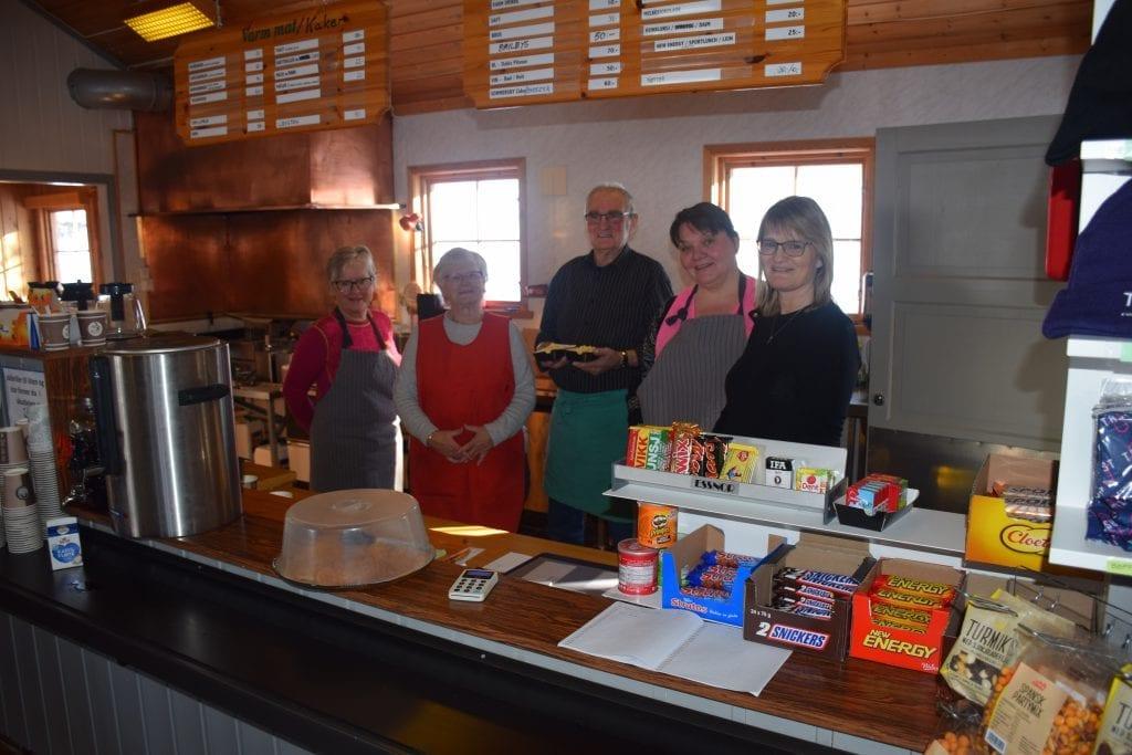 Ingrunn Græsli, Jostein Lunden, Jytte Lunden, Lena Heim Berggård og Anne Mona Lunden hadde full kontroll på kjøkkenet.