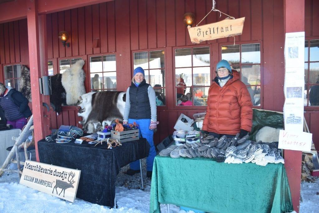 Lillian Brandsfjell, som kommer fra Tydal og bor i Meråker, solgte samiske håndverksprodukter. Siv Aas fra Tydal solgte skosåler av never og tova ull.