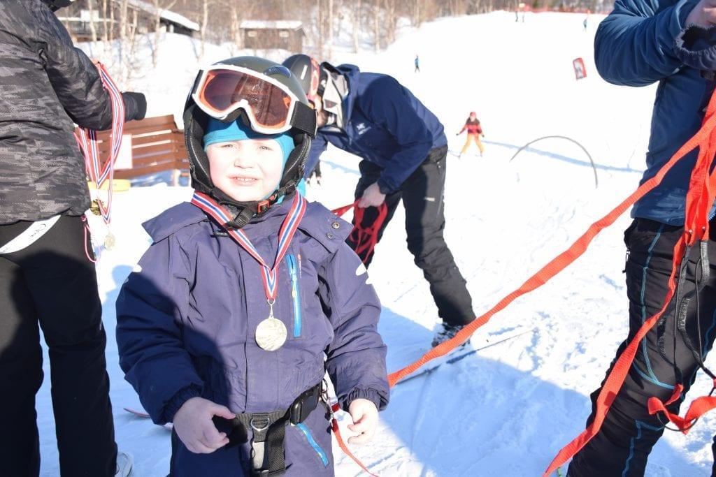 Olav Stokke fra Selbu fikk velfortjent slalåmmedalje etter å ha deltatt i barneskirenn.