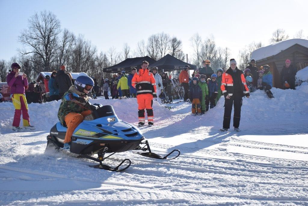 Stugudal Snøscooterutleie organiserte gratis snøskuterkjøring for barn i egen løype.