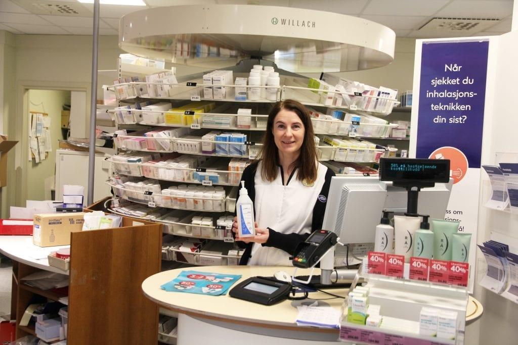 Ved Boots apotek i Selbu er de tomme for munnbind, antibac og vaksine mot lungebetennelse. - Vi får inn forløpende etter hvert som det kommer inn hos grossist, forteller farmasøyt Grete Helen Mogård.