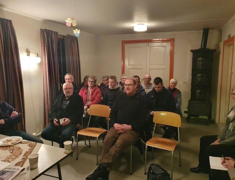 En del av de 20 som hadde møtt opp på grendamøte om bedehuset i Vikvarvet