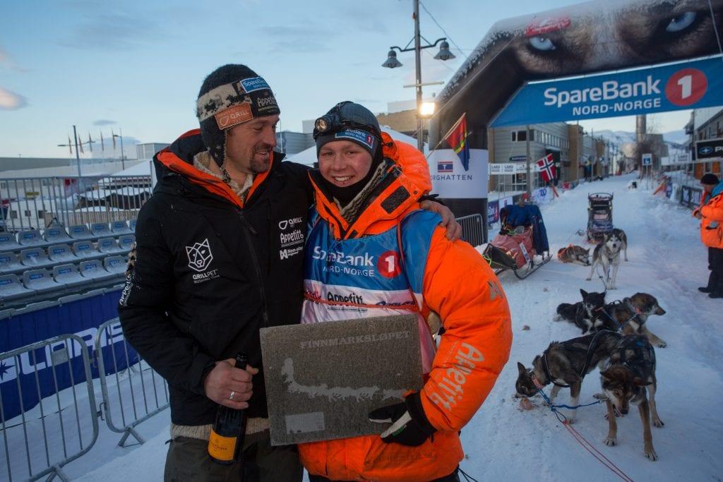 Thomas Wærner og Sivert Kjøsnes rett etter at Sivert ble kåret til årets Rookie på Finnmarksløpet i 2019. Foto: Mikhail Pankov.