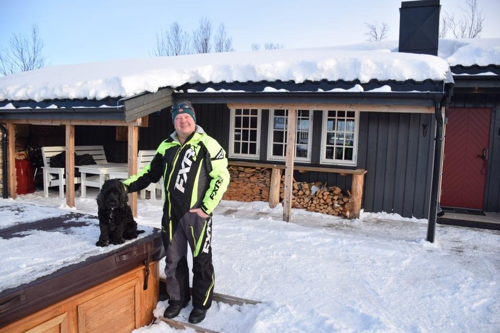 Geir Skancke og hunden Tassen trives på hytta. Det gjør også samboeren og dattera, som var på tur til Nesjøen da bildet ble tatt.