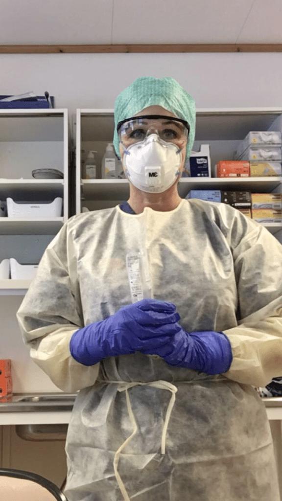 - Når vi skal teste kler vi på oss fullt smittevernutstyr, forteller Heidi Aas, sykepleier og koordinator ved Selbu legekontor