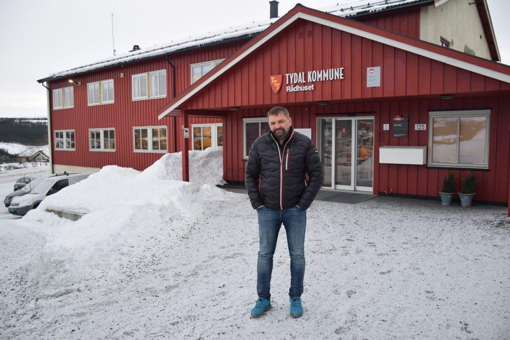 Ordfører Jens Arne Kvello utenfor Tydal rådhus
