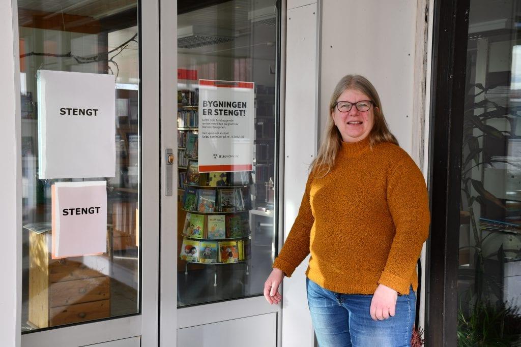 Bibliotekssjef Oddbjørg Øiberg foran stengte dører på Selbu folkebibliotek. Foto: Lina Tørum