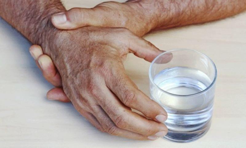 Skjelving er et vanlig symptom på Parkinsons sykdom, men alle som er rammet har ikke skjelving. Bevegelsesvansker og dårlig balanse kan være andre dymptomer.