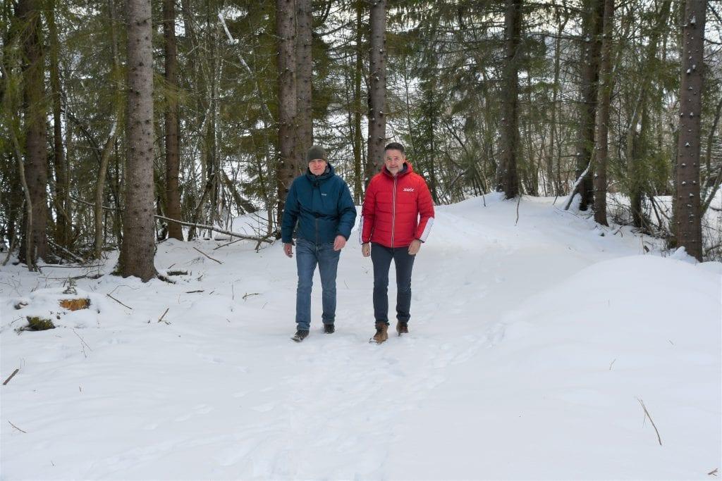 Roar Uglem og Ole Morten Balstad ankommer endepunktet på stien i Vikastøa, en sti på mellom sju og åtte kilometer som nå er ferdig opparbeidet.