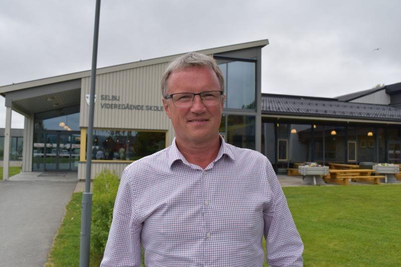 Rektor Svein Ove Dyrdal ved Selbu Videregående Skole vil holde elever og foreldre orientert om situasjonen utover dagen, men forbereder lærerstaben på at skolen kan bli stengt