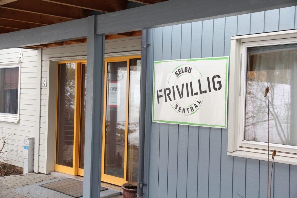Selbu Frivilligsentral har også koronastengt, men er stadig tilgjengelig på både telefon og mail. – Frivilligheten og innsatsviljen er fortsatt stor i Selbu, sier daglig leder Karin Galaaen.