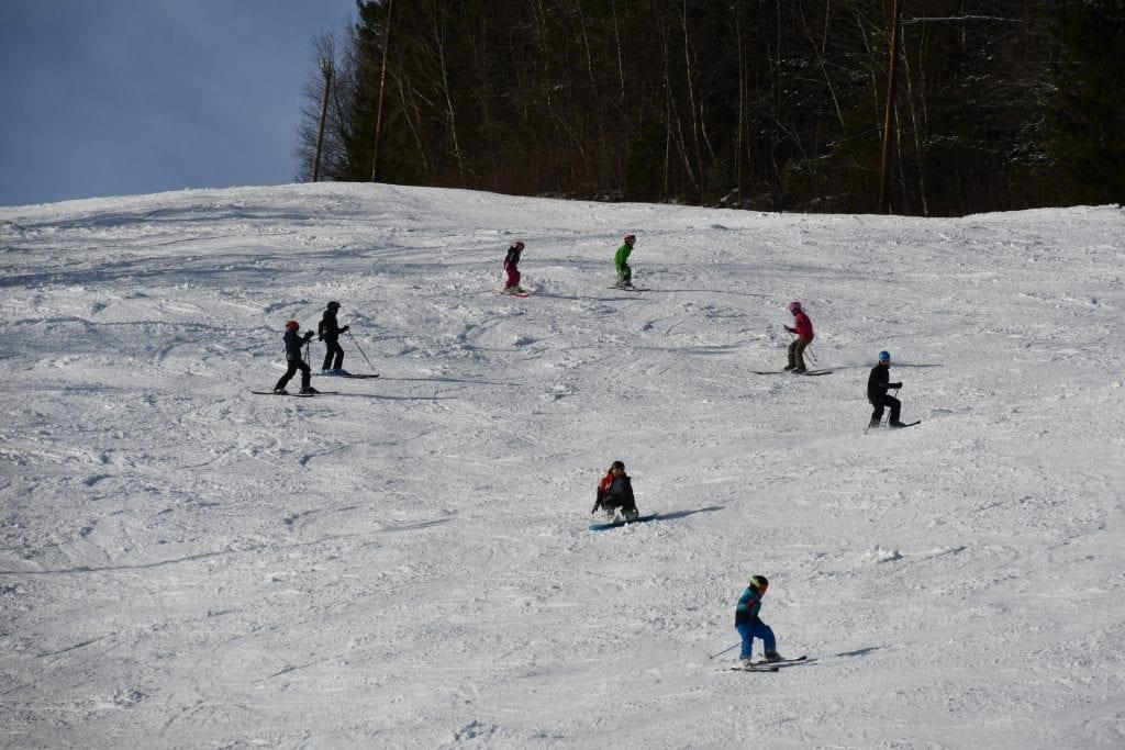 Det var yrende liv i skibakken i Såslia da elevene fra Selbustrand skole hadde skidag.