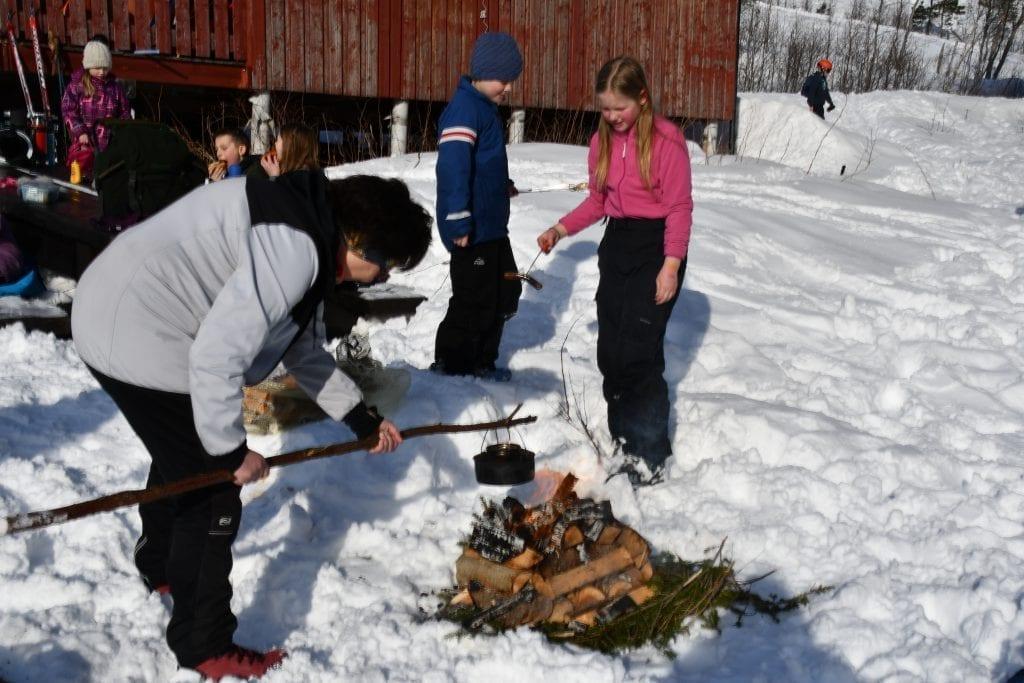 Grete Holen er fast kaffekoker når Selbustrand skole har skidag, mens barna grillet pølser på bålet.