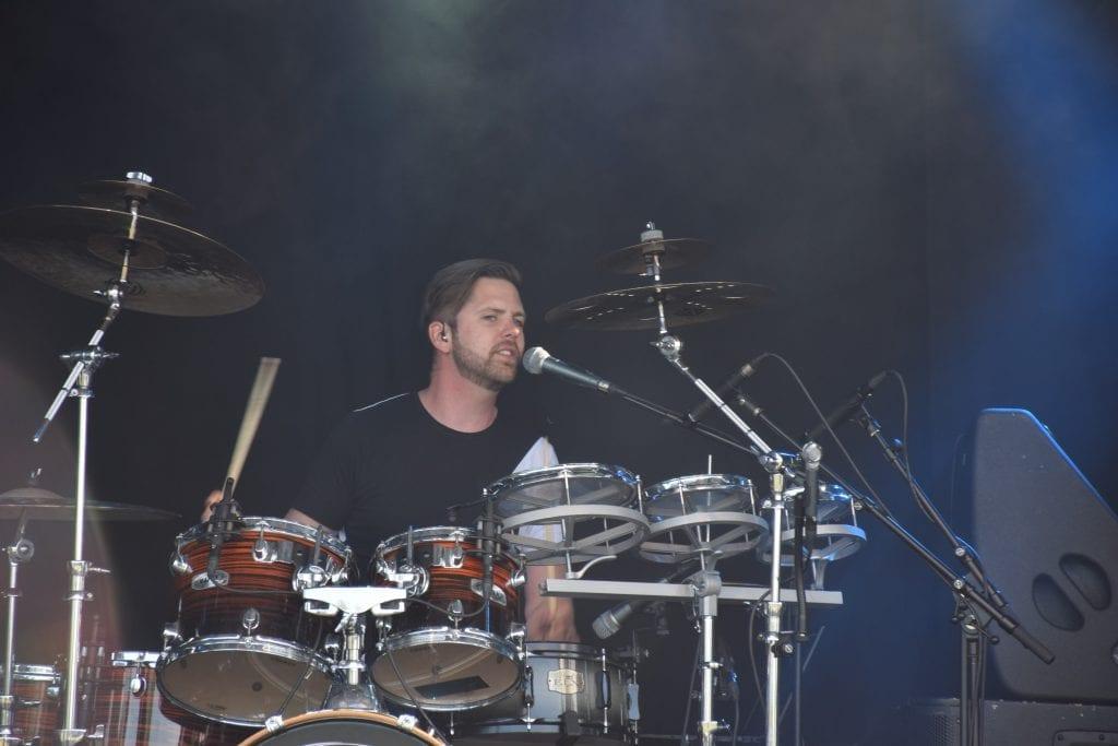 Andreas Nergård slik vi er vant til å se ham, i godt driv bak trommene. Nå er det usikkert når han og bandet Melodi Market kommer seg på scenen igjen. (Foto: Svein Hilmo)