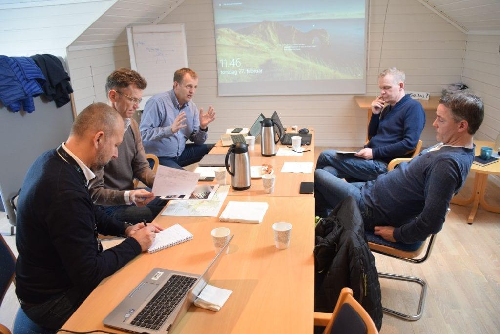 John Niklas Handberg, Petter-Børre Furberg og Arne Christensen kom til Selbu for å snakke med Roar Uglem i Selbu Vekst og ordfører Ole Morten Balstad.
