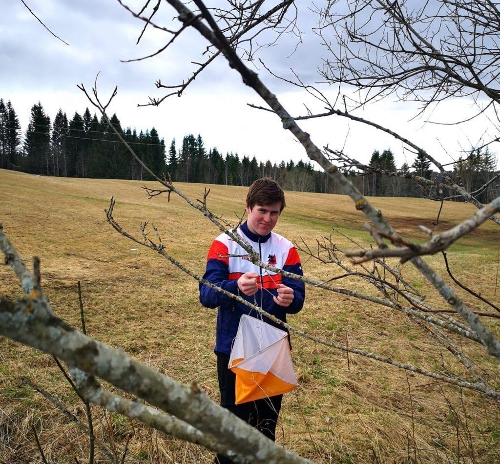 Anders Tørum (16) setter ut poster for Selbu O-klubb slik at folk kan komme seg ut og ikke bare sitte inne. Foto: privat.