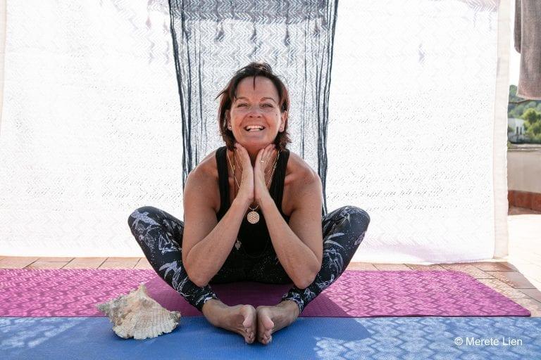 Annie Dahlseng Østby som driver Yogaliva i Tydal benytter den ufrivillige fritiden som har oppstått til å lage og dele yogavideoer med sine følgere på Facebook. – Godt å føle at man kan bidra med noe, sier Annie. (Foto: Merete Lien – bildet er tatt ved en tidligere anledning)