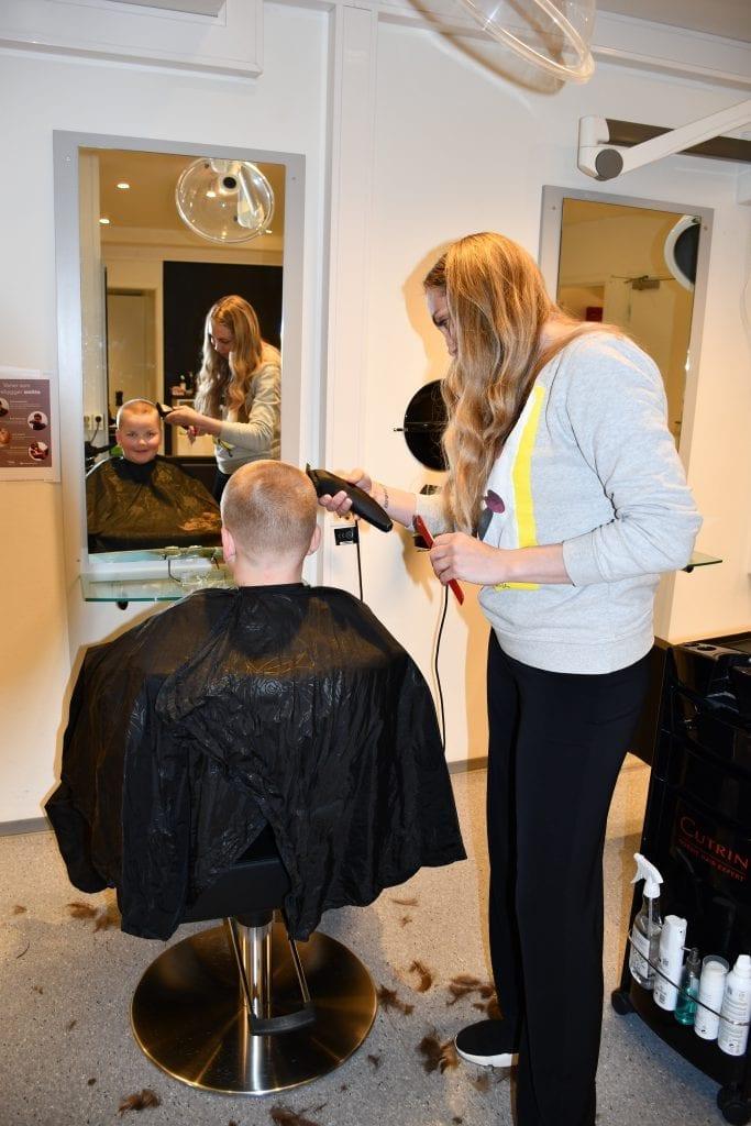 - Håret var så langt, det er godt å klippe seg, sier Jørgen Aune på 12 år når han får en etterlengtet hårklipp av Hanne Kleven Kyllotrø.