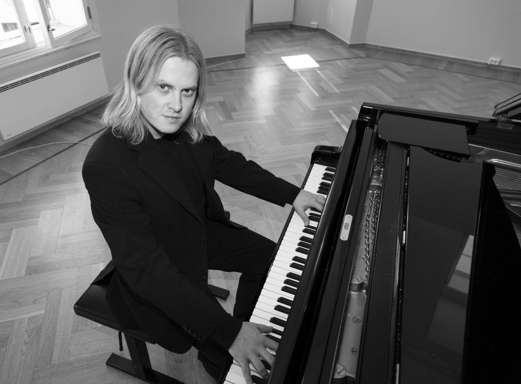 Athmasukaha Ananda alias Knut Erik Jensen har mange turneer bak seg der han blant annet har tolket Edward Grieg. Bildet ble tatt i 2008. Foto: Bernt Arne Kulseth