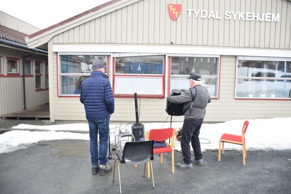 Børge Hanssen og Ole Bjarne Østby opptrådte utenfor Tydal sykehjem.