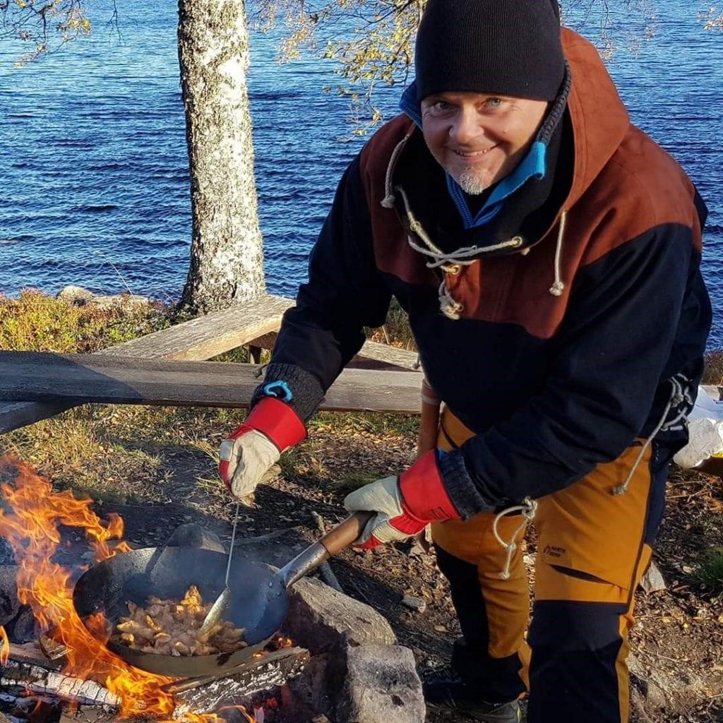 Rune Sandø, kokk i organisasjonen Unge Kokker, mener det går an å gjøre noe mer ut av tilberedning av mat på bål enn bare å grille pølser.