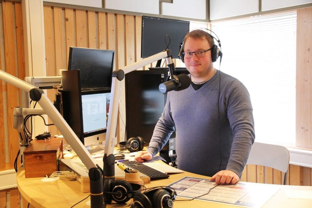 Daglig leder i Nea Radio, Stian Elverum, retter en stor takk til alle som spiller radiobingo og betaler frivillig lisens i disse økonomisk krevende tidene. Han understreker samtidig viktigheten av å bruke lokale medier på flere måter i tiden fremover.