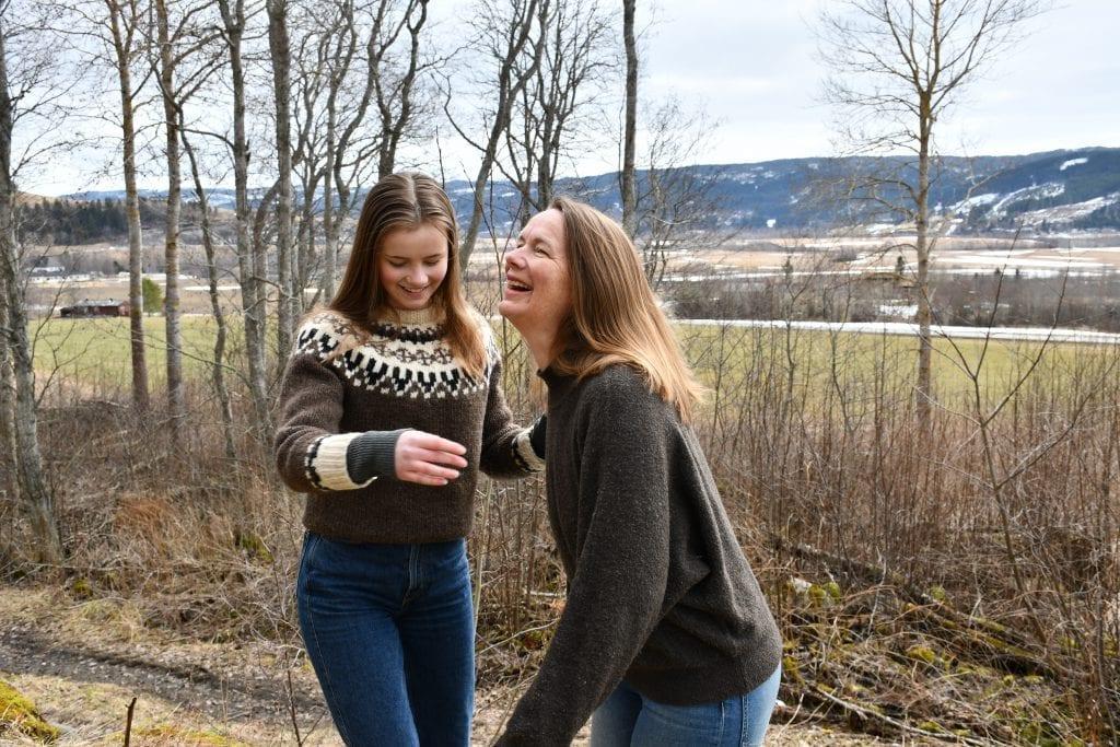 Skuespillerne Thora og Elisabeth bor i naturskjønne omgivelser i Selbu. Foto: Lina Tørum