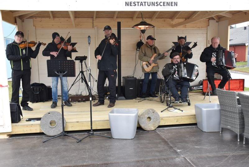 Felebyggerlaget spilte varmende toner under vårkonserten fra den ny7e Nestatunscenen. Fra venstre: Dan Chr. Andersen, Per Johnnny Norlèn, Bo Ivan Folde, Signar Kulseth, Ole Alsethaug, Reidar Kulset og Brynjar Dahlø.