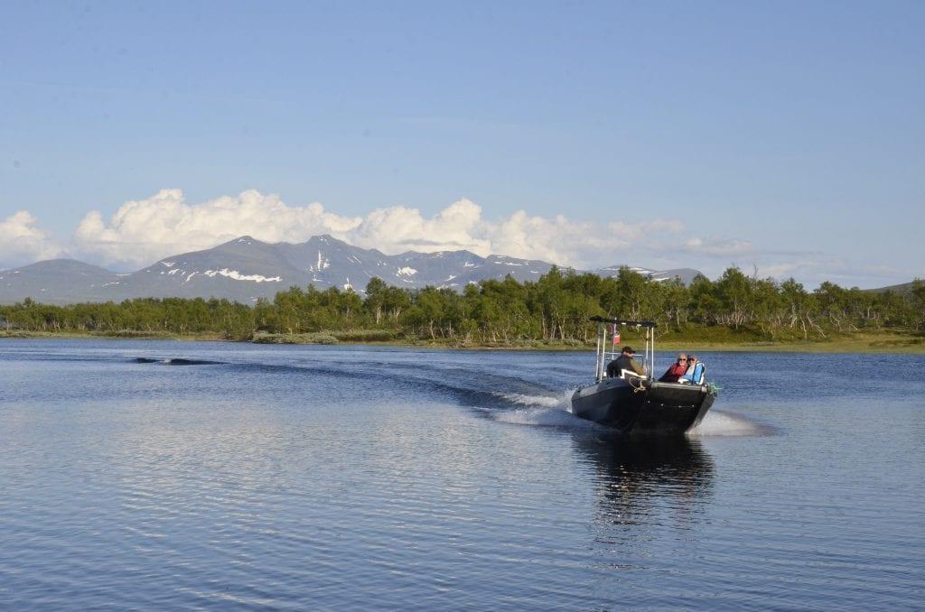 Båt på Esandsjøen med Sylan i bakgrunnen