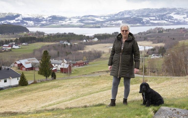 Kari Anne Bjørvik bar på hemmeligheten om hvem hun egentlig var i 60 år. Nå lever hun endelig som juridisk kvinne, og trives godt i Selbu sammen med hunden Doffen.