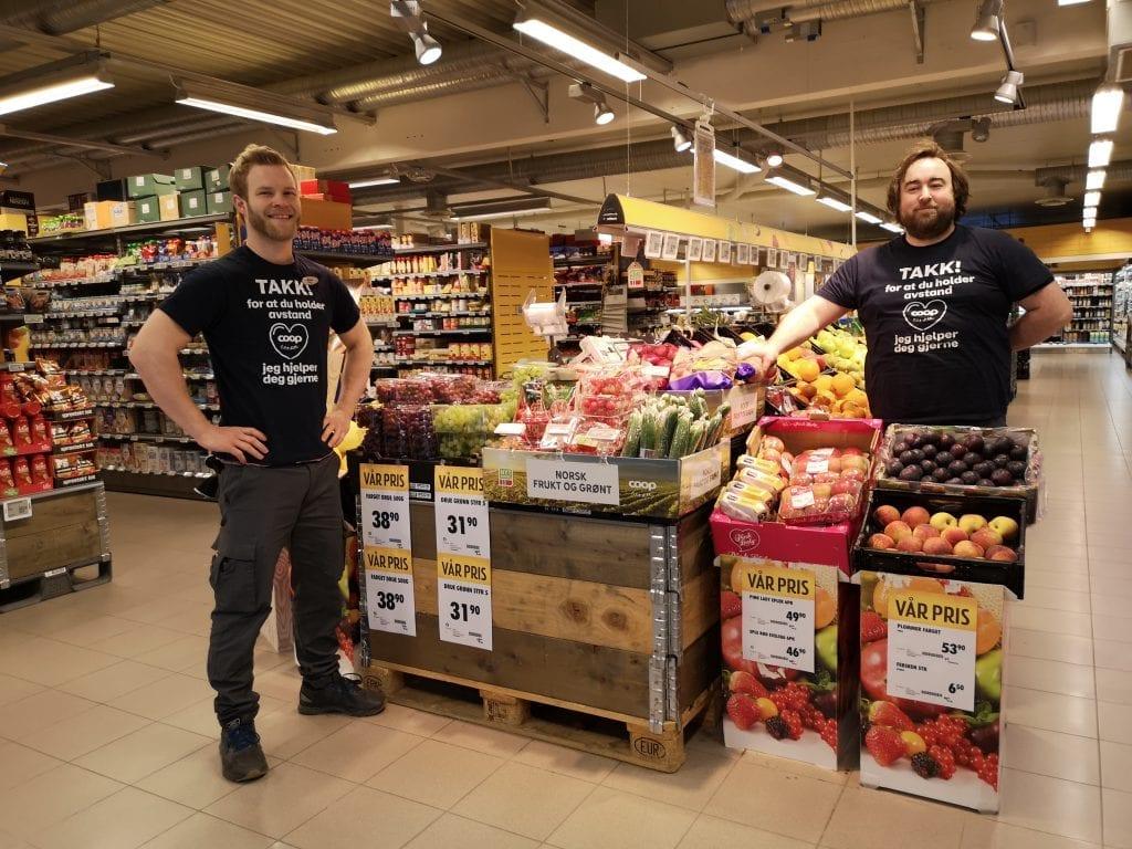 Butikksjef ved Coop Prix Selbu, Markus Norwich (t.v) kan fortelle om økt fokus på de sunne matvarene blant kunder i butikken. Han retter også en stor takk til sine ansatte, her representert av Lars Erik Storstad, som jobber mye med å gjøre grøntavdelingen innbydende.