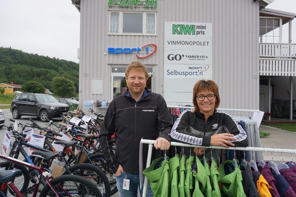 - Vi ser at folk unner seg noe ekstra, og vi selger godt av både sykler og tekstiler, sier Ole Johan Øyasæter, daglig leder ved Sport1 i Selbu. Her sammen med kollega Gørlin Matheson Stokke. Arkivbilde.