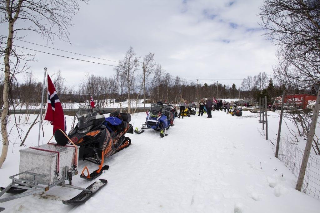 17.mai-pyntede snøscootere klar til avreise.