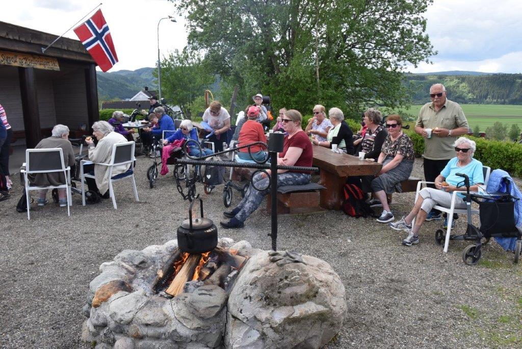 Både stemningen og godværet gjorde eldres aktivitetsdag i vakre omgivelser i Kvellohaugen til en flott opplevelse.