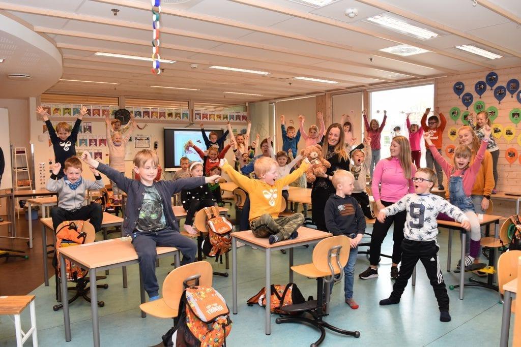 Elleville jubelscener da klassebamsen Balder viste seg å være i god behold og kom tilbake til sine kjære venner ved førstetrinnet på Bell skole.