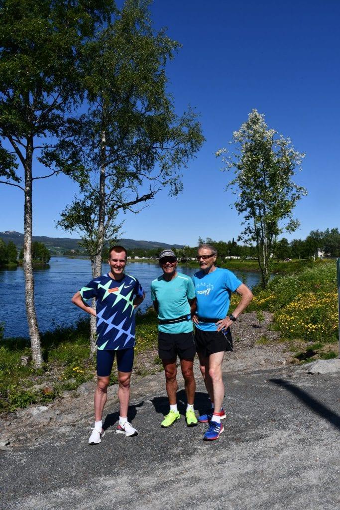 Sondre Nordstad Moen sammen med pappa Bård Ove Moen og og Per Magne Siraas, som konkurrerte med Bård Olav i mange år, og som følger tett med på Sondre. – Man må være knallsterk i hodet for å gjøre dette, sier Siraas.