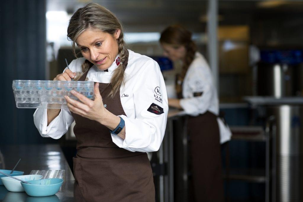 Iris Martinsen-Aune har skapt sjokolade som har tatt Norge og verden med storm. Nå blir det snart også kafé oppi Bardogar´n. Foto: Therese Lee Støver
