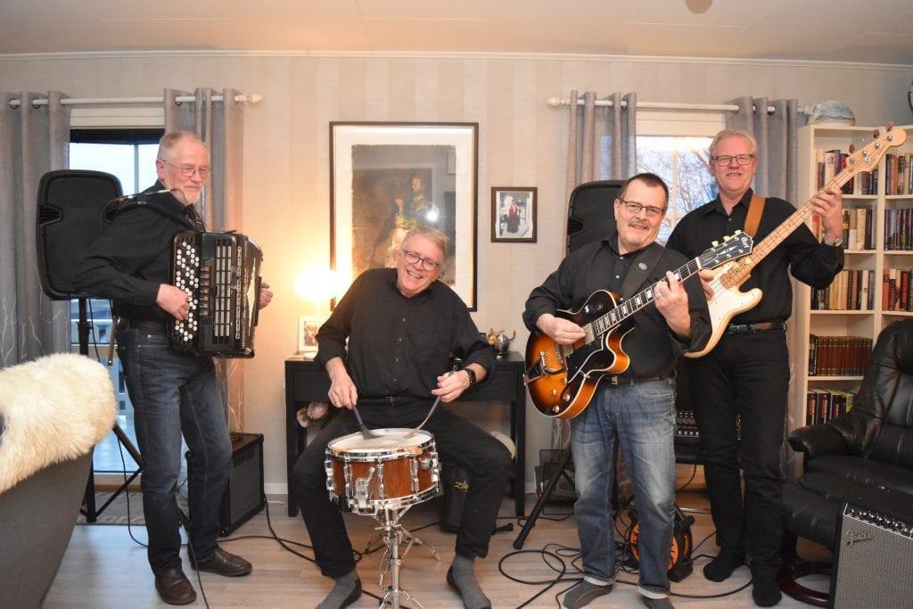 Kjells kvartett vil spre glede gjennom allsang på Årsøya utover sommeren. Fra venstre Kjell Kjøsnes, Toralf Borseth, Ivar Gunnstein Lien og Frank Guldseth.