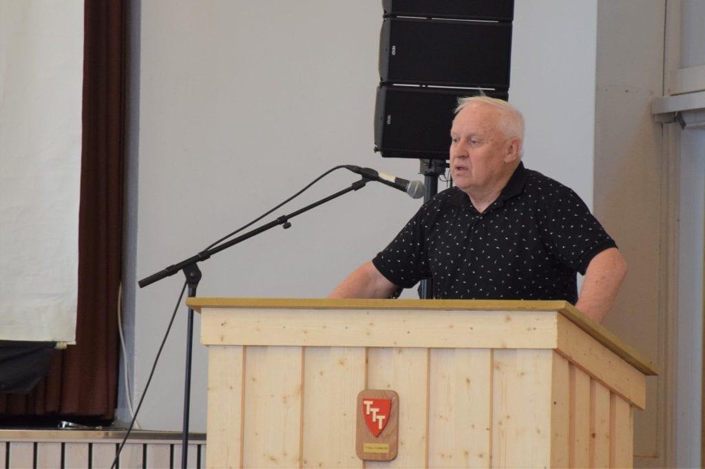 Ole Bjarne Østby på talerstolen. Han ville ikke innføre 18-årsgrense på offentlige fester
