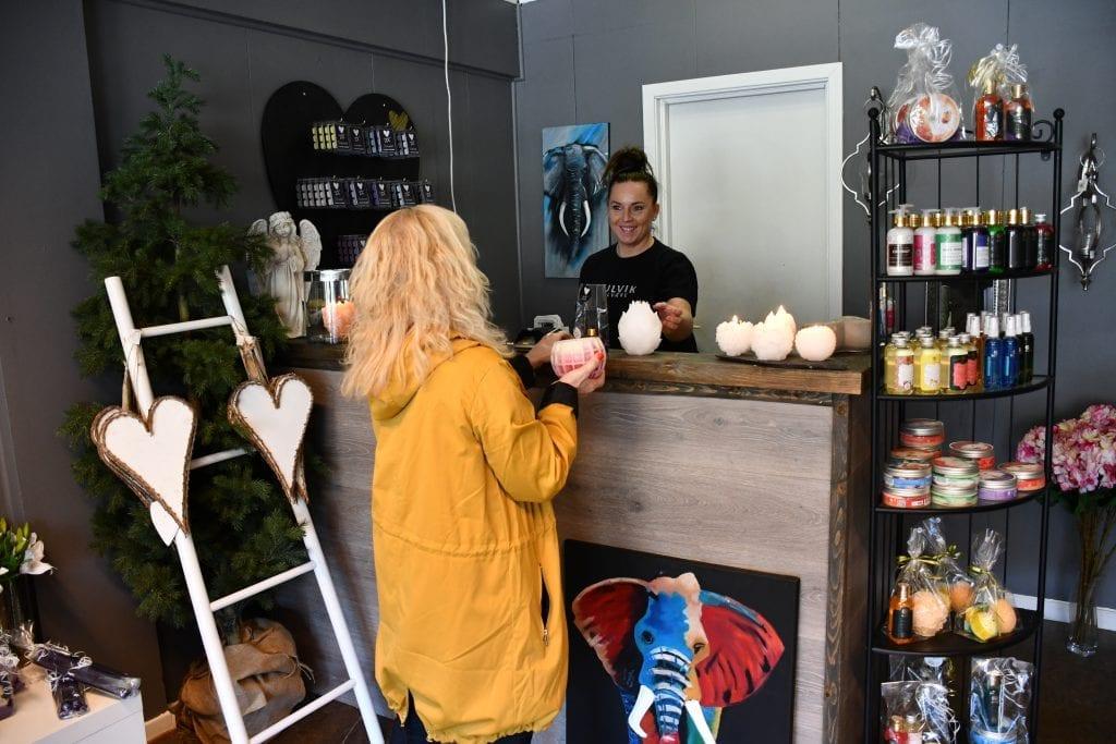I butikken på Kulvik Velvære kan man kjøpe noe så sjeldent som norskproduserte og håndstøpte lys. Her kan man også kjøpe duft- og velværeartikler og malerier