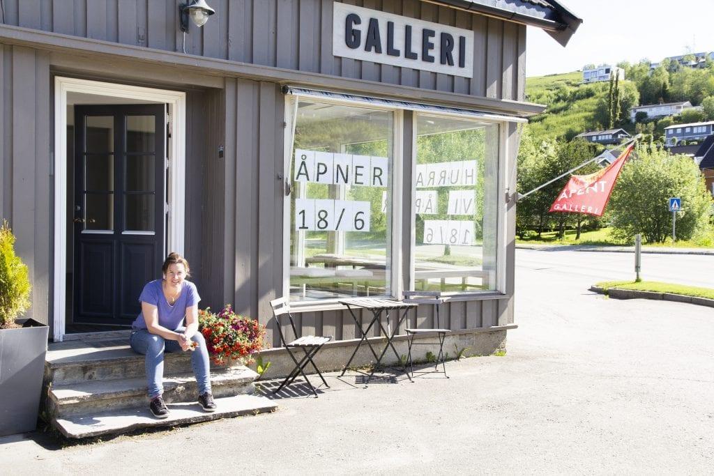 Styreleder i Neadalen Kunstforening, Marthe Belsvik Stavrum, gleder seg til at Galleri Kulviksvingen endelig skal våkne fra koronadvale ikledd kunstner Grethe By Rises livsglade fargepallett.